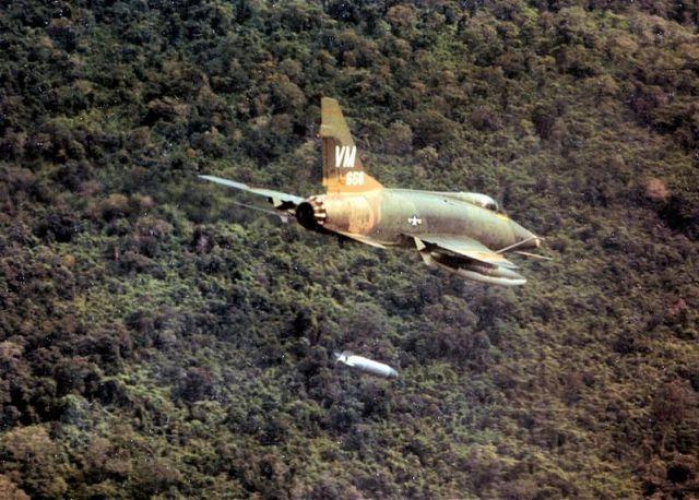 F-100_napalm