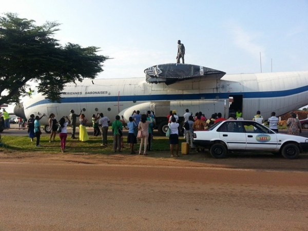 O C-130B do Gabão foi transferido por estrada e depois por navio até Portugal.