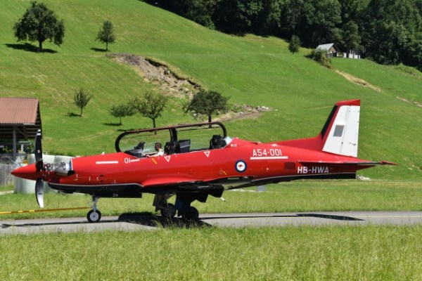 O primeiro PC-21 da RAAF durante testes de motores na Suíça. (Foto: Stephan Widmer)