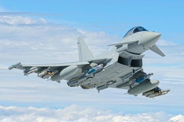 A aeronave de caça Eurofighter Typhoon IPA6 da RAF, armado com 6 mísseis Brimstone, além de quatro Meteor e bombas inteligentes GBU-16 Paveway II e dois mísseis SPEAR. (Foto: Eurofighter)