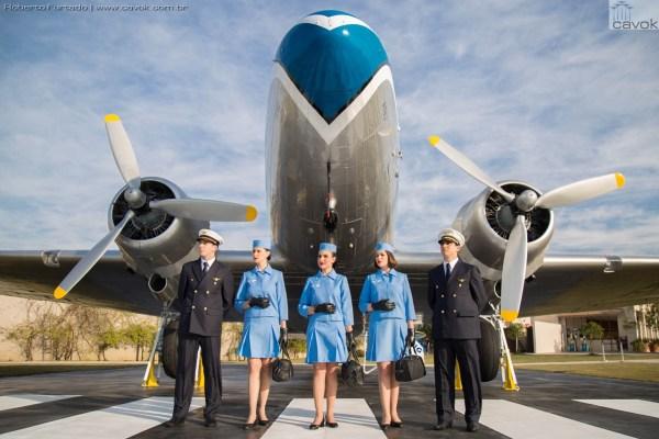 Um equipe vestida com roupas dos tripulantes da época recepciona os visitantes. (Foto: Roberto Furtado)
