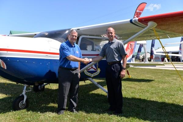 Da esquerda para direita: Major General Joseph Vazquez, da Civil Air Patrol e Doug May, vice presidente de aeronaves a pistão da Cessna.