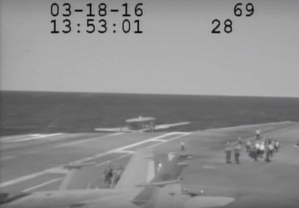 O momento angustiante de quando a aeronave E-2C sai do convés praticamente sem sustentação.