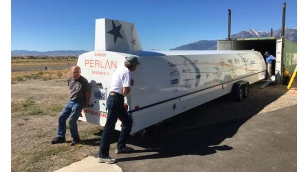 O planador estratosférico da Airbus, já dentro da carreta para transporte, sendo colocado num container, que depois seguiu via marítima para Argentina.