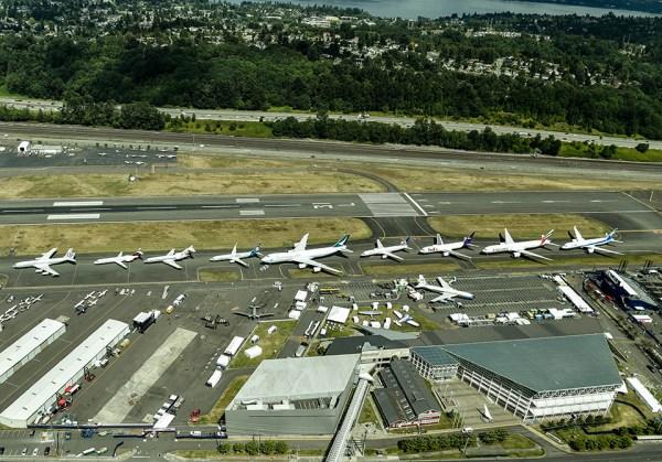 """A Boeing colocou alinhados os novo modelos de aviões da """"Série 7"""" para uma sessão de fotos e para celebrar seu Centenário. (Foto: Boeing)"""