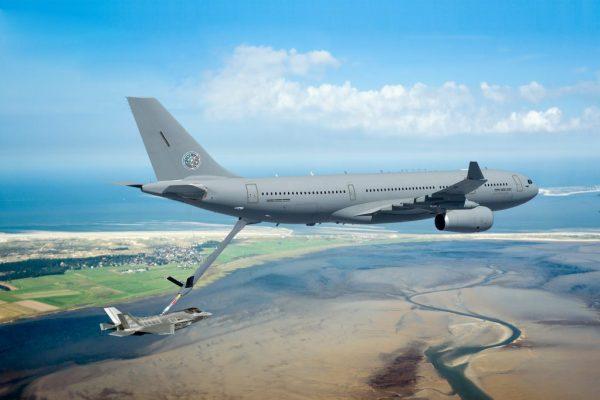Na imagem divulgada, um A330MRTT abastece em voo um F-35, ambos da Holanda. (Foto: Airbus Military)