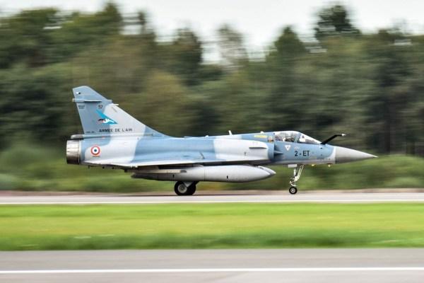 UM caça Dassault Mirage 2000-5 da Força Aérea Francesa chega a Base Aérea de Siauliai. (Foto: Ministério de Defesa da Lituânia)