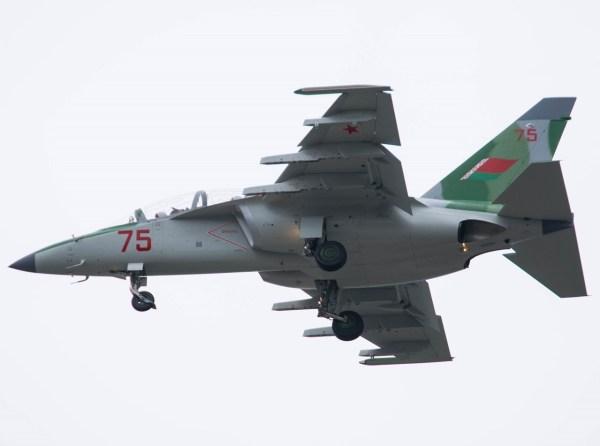 """A aeronave Yak-130, número de cauda """"75"""" vermelho (número de série 130.11.00-1005) vista durante voo de teste em Irkutsk, no dia 12 de agosto de 2016. (Foto: Alexei Korshunov / russianplanes.net)"""