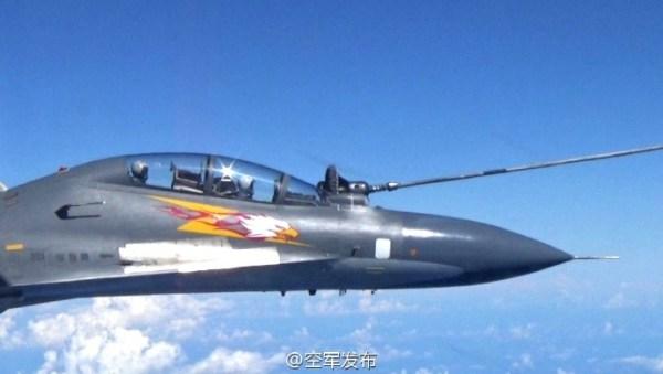 Caça Su-30MKK da Força Aérea chinesa realiza reabastecimento em voo durante manobra de treinamento de combate sobre o Mar do Sul da China. (Foto: Xinhua)