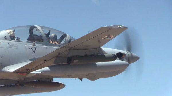 Treinamento de voo com uma aeronave Embraer A-29 Super Tucano da Força Aérea afegã. (Foto: U.S. Air Force)