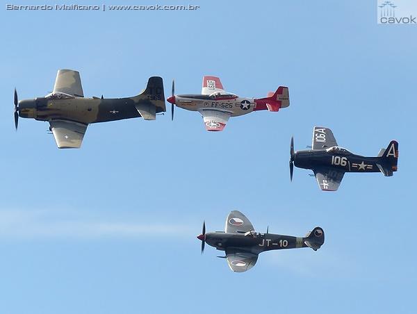 Belíssimo voo de formação com um Douglas AD1 Skyraiderm um P-51 Mustang, um Supermarine Spitfire e um Grumman F8F Hellcat. (Foto: Bernardo Malfitano / Cavok)