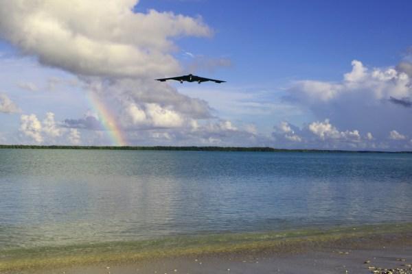A Base Aérea de Guam recebeu as três aeronaves B-2, além de ter a presença de uma força de bombardeiros B-1B já estacionados na ilha.