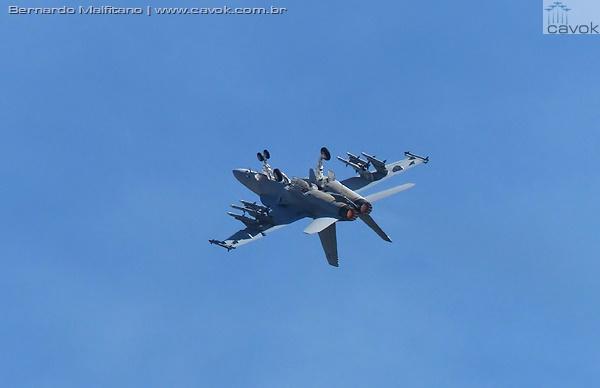 Caça Boeing F/A-18F Super Hornet armado com seis mísseis ar-ar AMRAAM, durante demonstração em voo sobre Abbotsford. (Foto: Bernardo Malfitano / Cavok)