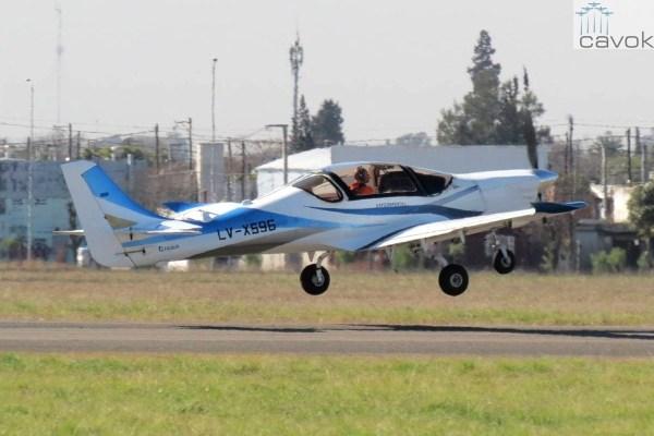 O treinador argentino IA-100 fabricado pela FAdeA, durante a realização do primeiro voo. (Foto: FAdeA)
