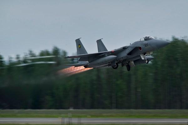 Caças F-15J tiveram um aumento significativo nas partidas para responder as ameaças chinesas no sul do Japão.(Foto: Department of Defense / U.S. Air Force Tech. Sgt. Michael R. Holzworth/Released)