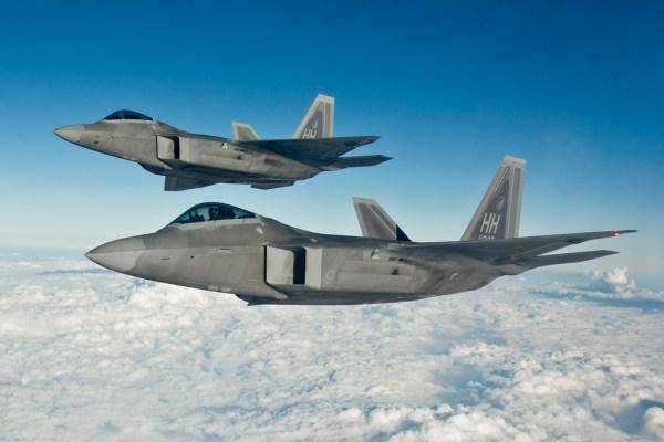 Caças F-22 Raptors da USAF chegaram próximos dos Su-24 sírios e nem foram notados, de acordo com depoimento dos pilotos norte americanos.