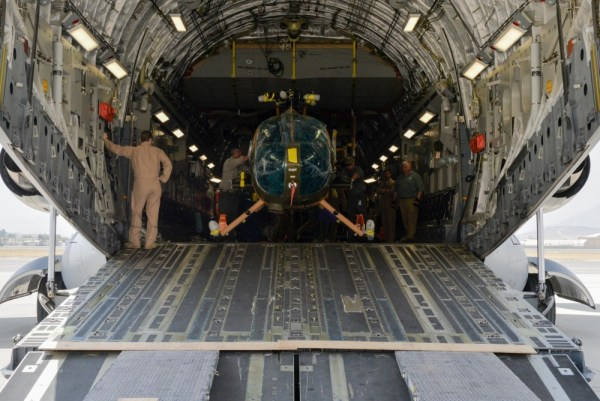 Os quatro últimos helicópteros MD-530 Cayuse Warriors, sendo descarregados de um C-17 da USAF. (Foto: U.S. Air Force / Tech. Sgt. Christopher Holmes)