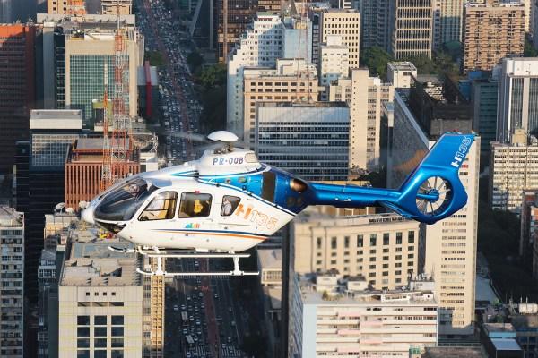 O helicóptero H135 modernizado pela Helibras fará uma série de demonstrações pelo país. (Foto: Helibras / Marcio Jumpei)