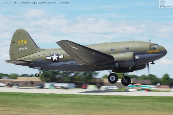 """O Curtiss C-46 Commando """"Tinker Belle"""" durante a apresentação dos Warbirds. (Foto: Luís André Werlang / Cavok)"""