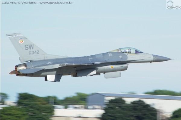 Os 25 anos da Guerra do Golfo foram celebrados com grande estilo, com a presença de caças norte americanos, como o F-16C e o F/A-18D Super Hornet. (Fotos: Luís André Werlang / Cavok)