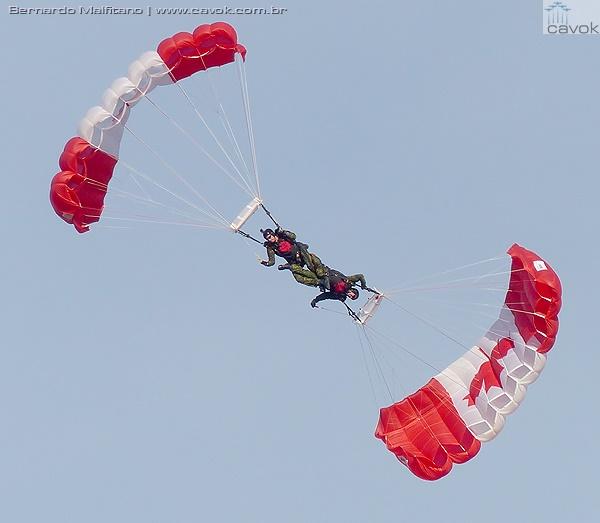 Equipe de paraquedistas Skyhawks do Canadian Army. (Foto: Bernardo Malfitano / Cavok)