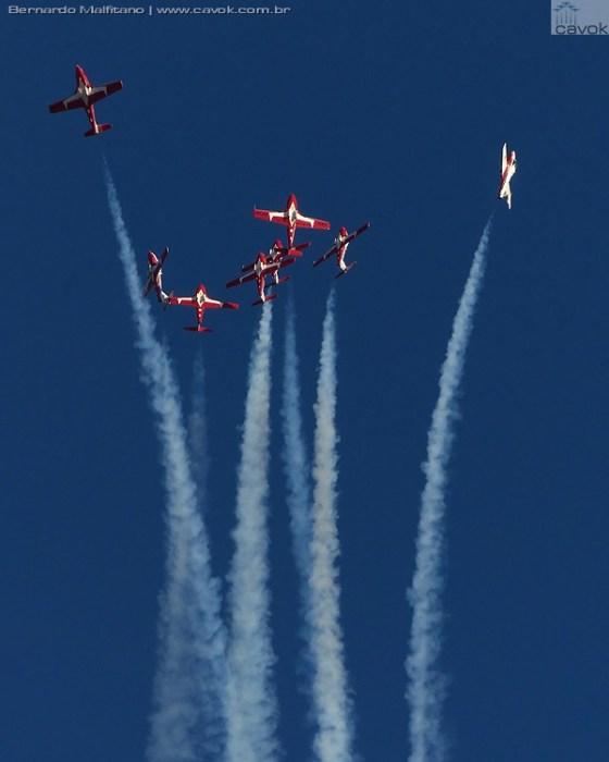 """A """"bomb burst"""" dos Snowbirds. (Foto: Bernardo Malfitano / Cavok)"""