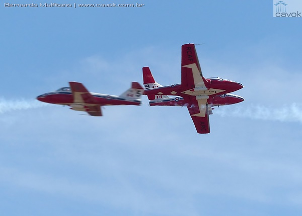 As manobras dos Snowbirds sempre encantam o público que comparece nos shows aéreos. (Foto: Bernardo Malfitano / Cavok)