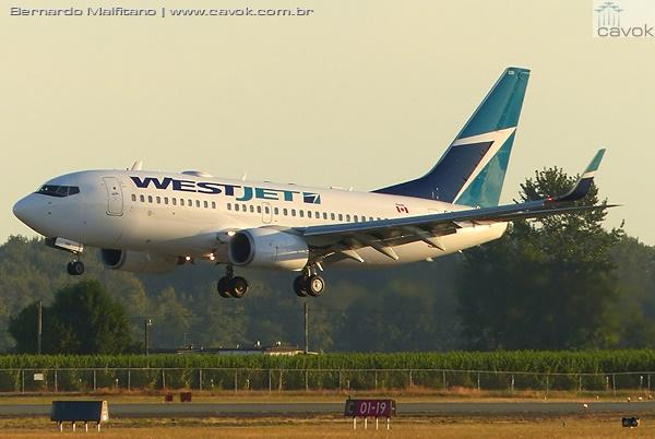Um Boeing 737 da WestJet pousou no final da tarde em Abbotsford. (Foto: Bernardo Malfitano / Cavok)