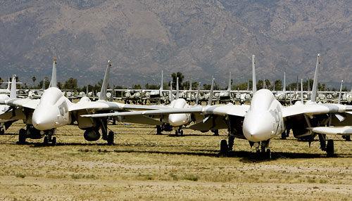 Caças F-14 (acima) e F-4 repousam no deserto da Base Aérea de Davis-Mountain, Arizona.