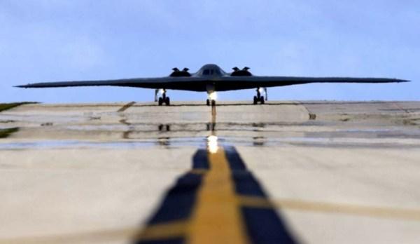 Um bombardeiro B-2 taxia na pista da Base Aérea de Andersen, em Guam.