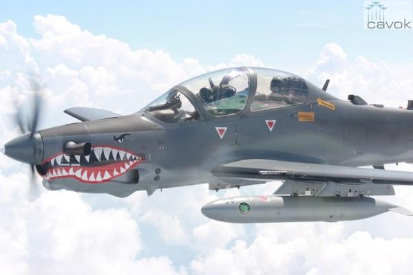 As aeronaves A-29 Super Tucano da Força Aérea Colombiana (FAC) estão aprimorando suas técnicas nas missões de apoio aéreo aproximado no Green Flag East 2016. (Foto: FAC)
