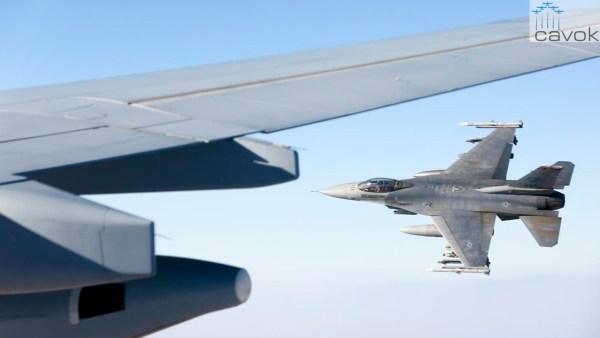 O caça F-16C da USAF se afasta do KC-30A da RAAF após receber combustível em voo durante operação contra o Daesh. (Foto: Australia MoD)