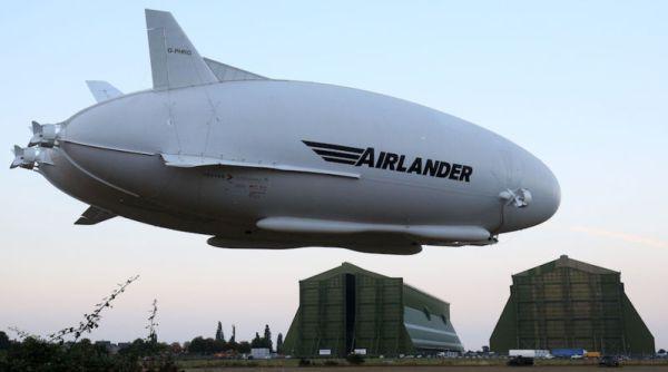 A aeronave Airlander 10 decola do aeródromo de Cardington, pela primeira vez após a retomada do programa no Reino Unido.
