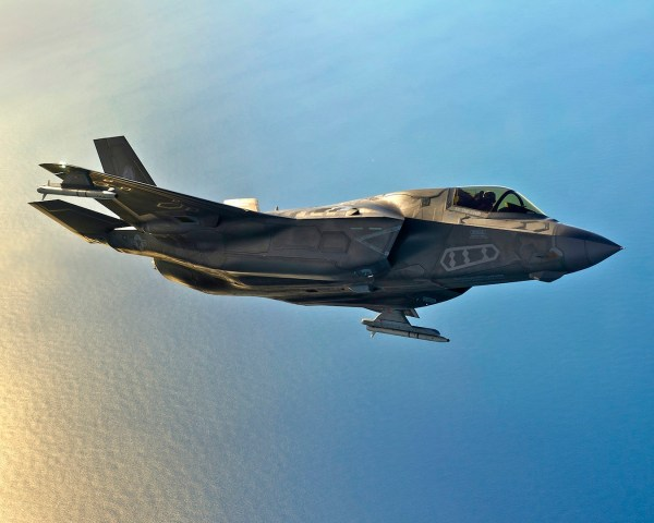 Um caça F-35B armado com mísseis ASRAAM nos pontos externos sob as asas. (Foto: Lockheed Martin)