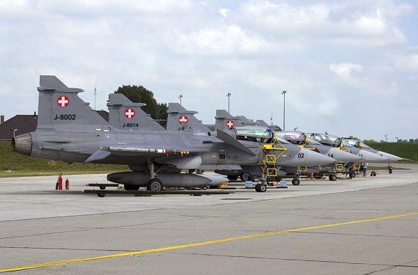 Embora o caça Gripen tenha sido selecionado pelos militares suíços, o processo de aquisição foi rejeitado pelos eleitores do país.