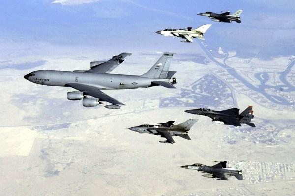Um KC-135 Stratotanker lidera uma formação de um F-15 Strike Eagle, dois F-16 Fighting Falcons e dois Tornados GR4 britânicos sobrevoando o Iraque.. (Foto: U.S. Air Force / Staff Sgt. Suzanne M. Jenkins)