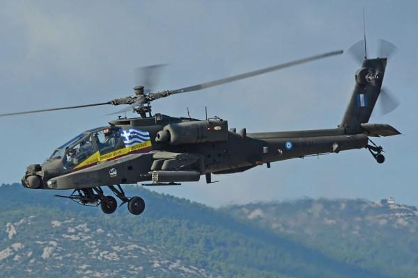 Um helicóptero de ataque AH-64 Apache do Exército da Grécia caiu hoje no mar, durante um exercício militar.