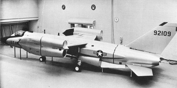 Um mock-up numa escala real do XF-109.