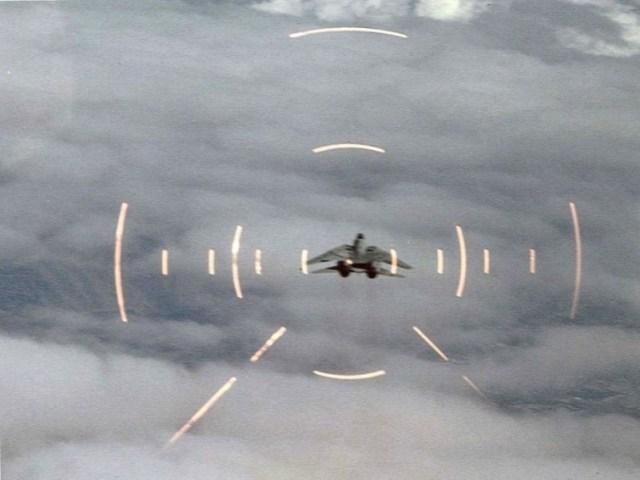 F-15 enquadra um Tomcat.