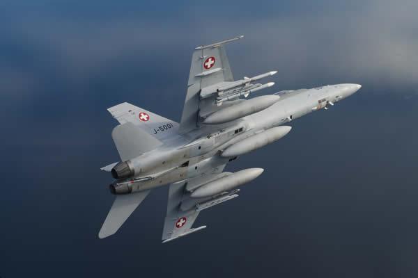 A Força Aérea da Suíça começou a receber seus novos mísseis AIM-120C-7 AMRAAM que equiparão os caças F/A-18 Hornet. (Foto: Swiss Air Force)