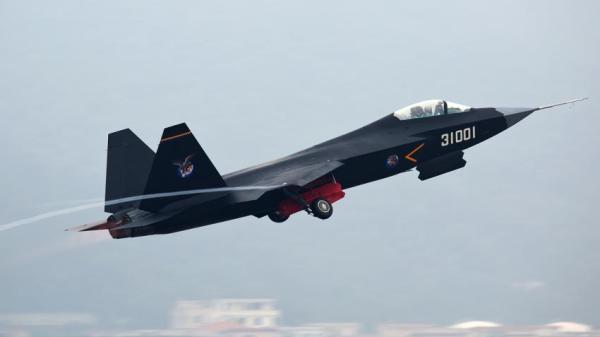 Especialistas militares chineses acreditam que o J-31 seja usado em porta-aviões e focado no mercado externo.