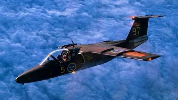 A Força Aérea da Suécia utiliza as aeronaves SK60 (Saab 105) como treinadores para os pilotos dos caças Gripen atuais.