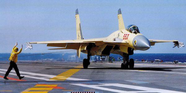 A China está testando o uso de um caça embarcado J-15 na versão CATOBAR, quando decola usando catapultas e pousa enganchado. (Foto: PLAN)