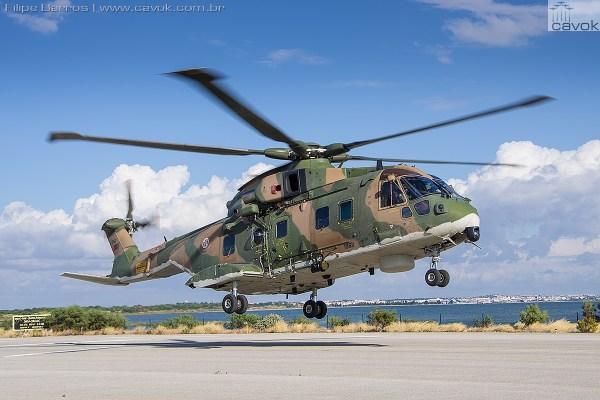 """Um dos helicópteros Agusta/Wastland AW101 da Esquadra 751 """"Pumas"""". (Foto: Filipe Barros / Cavok)"""