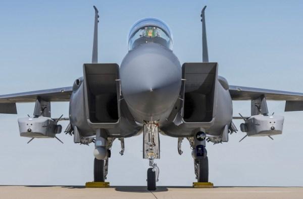 Mísseis stand-off Taurus instalados sob as asas do F-15 Eagle.