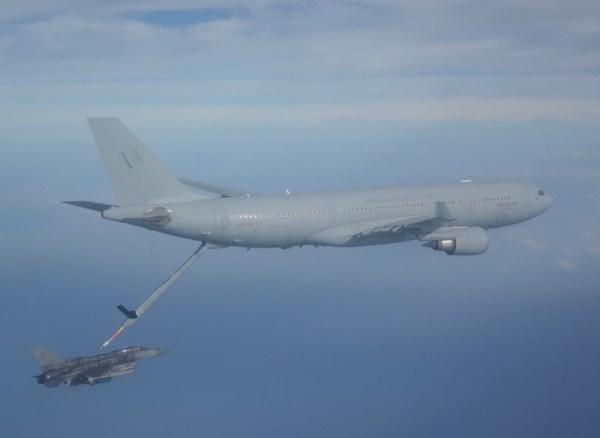 Um KC-30A da Real Força Aérea Australiana reabastece em voo um F-16D+ da Força Aérea da República de Cingapura, dias antes de atingir a marca de 20.000 horas de voo. (Foto: Australian Defense Force)