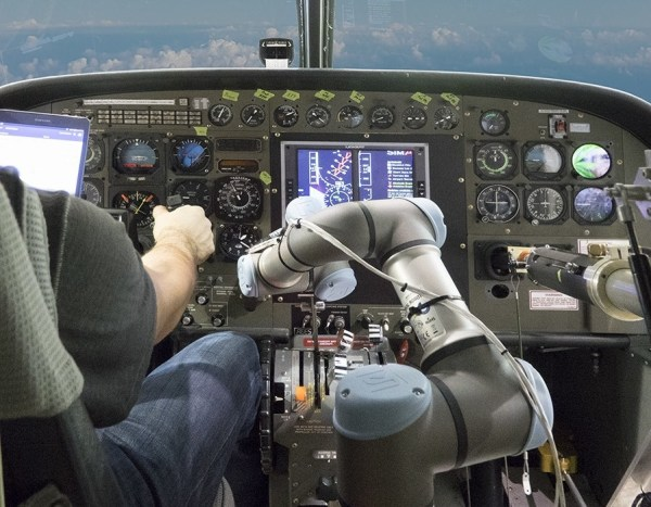 O cockpit do avião Caravan sendo controlado por um sistema autônomo de pilotagem. (Foto: Aurora Flight Sciences)