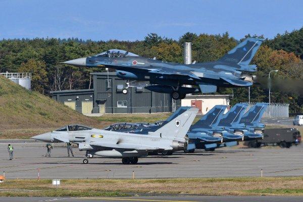 Um caça F-2A da Força de Autodefesa Aérea do Japão chega para pouso na Base Aérea de Misawa após uma surtida no exercício Guardian North 16. (Foto: Kyle Mizokami)