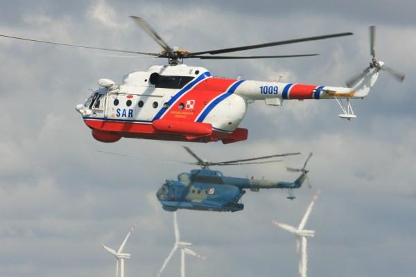 Um helicóptero Mi-14PS em primeiro plano e um Mi-14PL ao fundo. (Foto: Grzegorz Jereczek)