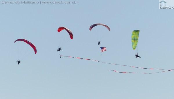 Vários parapentes motorizados.  (Foto: Bernardo Malfitano / Cavok)